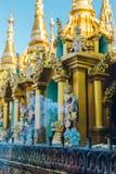 Yangon, Myanmar - 19 de fevereiro de 2014: Feche acima do templ dourado de buddha Fotografia de Stock