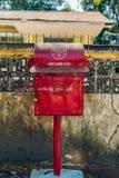 Yangon, Myanmar - 19 de fevereiro de 2014: Suporte burmese da caixa de letra sobre dentro Imagens de Stock Royalty Free