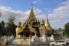 YANGON MYANMAR - DECEMBER 16, 2016: Sydlig ingångsport av S royaltyfri foto