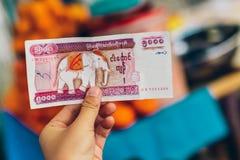 Yangon, Myanmar - 19 février 2014 : Se tenir de mains manicured par touriste Photographie stock