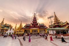 Yangon Myanmar - Februari 13, 2018: Myanmar folk och turister som går runt om den Shwedagon pagoden, den mest sakrala pagoden av  Royaltyfri Fotografi