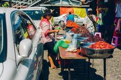 Yangon Myanmar - FEBRUARI 19th 2014: Burmese kvinnlig gatamat försäljer Arkivbild