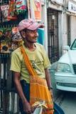 Yangon Myanmar - FEBRUARI 19th 2014: Burmese manlig gatafruktvendo Royaltyfri Fotografi