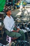 Yangon Myanmar - FEBRUARI 19th 2014: Burmese manlig gatafruktvendo Royaltyfria Bilder