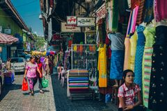 Yangon Myanmar - FEBRUARI 19th 2014: Folk som går på gataouen Royaltyfria Bilder