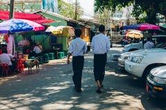 Yangon Myanmar - FEBRUARI 19th 2014: Folket går på streen Arkivbilder