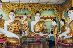 Yangon Myanmar - FEBRUARI 19th 2014: Guld- buddha staty på Shwedag Fotografering för Bildbyråer