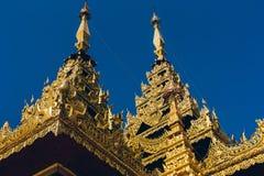 Yangon Myanmar - FEBRUARI 19th 2014: Guld- buddha tempel på Shwedag Arkivfoto