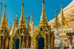Yangon Myanmar - FEBRUARI 19th 2014: Guld- buddha tempel på Shwedag Royaltyfri Foto