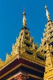 Yangon Myanmar - FEBRUARI 19th 2014: Guld- buddha tempel på Shwedag Royaltyfri Fotografi