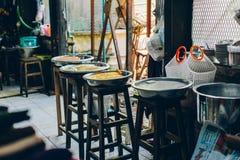 Yangon Myanmar - FEBRUARI 19th 2014: Inre sikt av den lokala matshoen Fotografering för Bildbyråer