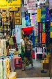Yangon Myanmar - FEBRUARI 19th 2014: Kvinnor i en torkduk shoppar stallen av Arkivfoton