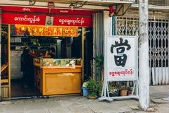Yangon Myanmar - FEBRUARI 19th 2014: Lokalen pantsätter shoppar i Bogyoke Aung Arkivfoton