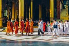 Yangon Myanmar - FEBRUARI 19th 2014: Prästvigningceremoni på Shwedago Royaltyfri Foto