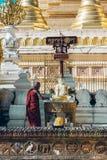 Yangon Myanmar - FEBRUARI 19th 2014: Prästvigningceremoni på Shwedago Royaltyfria Foton