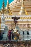 Yangon Myanmar - FEBRUARI 19th 2014: Prästvigningceremoni på Shwedago Arkivbild