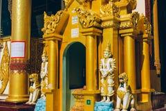Yangon Myanmar - FEBRUARI 19th 2014: Slut upp av den guld- buddha statuen Arkivfoton