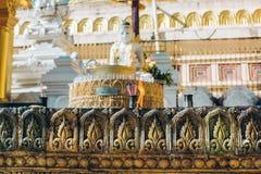 Yangon Myanmar - FEBRUARI 19th 2014: Slut upp av den guld- buddha statuen Royaltyfri Foto