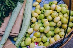 Yangon Myanmar - FEBRUARI 19th 2014: Slut upp av den lokala fruktaffären på Fotografering för Bildbyråer