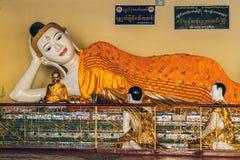 Yangon Myanmar - FEBRUARI 19th 2014: Slut upp av guld- buddha templ Royaltyfri Bild