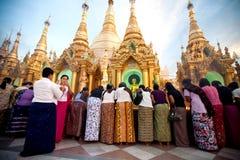 YANGON MYANMAR - JANUARI 29: Buddistiska kvinnor tänder josspinnar på den Shwedagon templet Januari 29, 2010, Myanmar Royaltyfri Foto