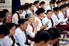 YANGON MYANMAR - JANUARI 29: Kvinnliga buddistiska fantaster som besöker den Shwedagon templet Januari 29, 2010 Myanmar Arkivbilder