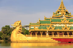 перемещение yangon дворца myanmar karaweik Азии Стоковое Изображение
