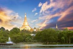 Yangon, vue de Myanmar de pagoda de Shwedagon avec du temps de coucher du soleil images libres de droits