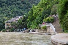 Yangshuo, Κίνα - τον Ιούλιο του 2015 circa: Αποβάθρα για τις βάρκες κρουαζιέρας στην πόλη Yangshuo τουριστών στις όχθεις του ποτα Στοκ φωτογραφία με δικαίωμα ελεύθερης χρήσης