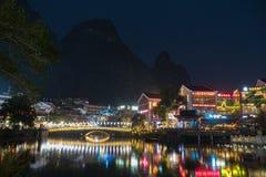 YANGSHUO CHINA, EL 23 DE NOVIEMBRE: Yangshuo en noche el 23 de noviembre de 2017 Foto de archivo