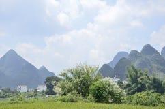Yangshuo Yulong um campo pelo rio Foto de Stock