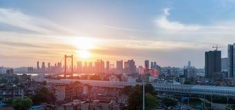 Yangtze River för Wuhan papegojastim bro i solnedgång Arkivfoto