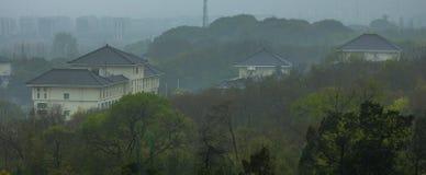 Yangzhou stad, Kina i regnet arkivfoto