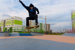 Yanino-1,俄罗斯, 2015年10月17日:在圣彼德堡附近的Openning新的scatepark 免版税库存图片