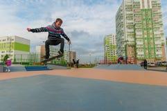 Yanino-1 Ryssland, Oktober 17 2015: Öppnande ny scatepark nära St Petersburg royaltyfria foton