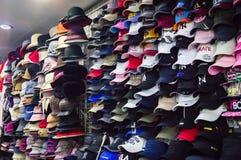 YANJIXI, JILIN, CHINE - 9 mars 2018 : Les chapeaux sur le marché sont en vente images stock