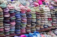 YANJIXI, JILIN, CINA - 9 marzo 2018: Le pantofole sono diffusione venduta fuori ed impilato immagini stock libere da diritti