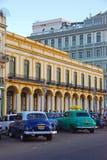 Yank Tanks in Havana Cuba con il fondo giallo della costruzione fotografia stock