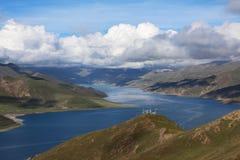 Yanmdrok See-Fluss-Landschaft und hohe Spitze Stockbild