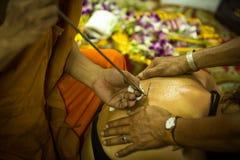 Yantra que tattooing em Tailândia foto de stock