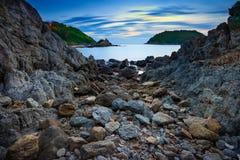 Yanui plaża z skalistym wybrzeżem w Phuket, Tajlandia zdjęcia royalty free