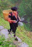 Yao Hong Guangxi. GUANGXI LANDSKAP, KINA - APRIL 4: Yao etniska gamla kvinnor, Yao by Dazhai, sydvästliga Kina, April 4, 2010. Royaltyfri Foto