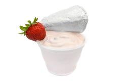 Yaourt aux fruits dans le récipient en plastique sur le blanc Photos libres de droits