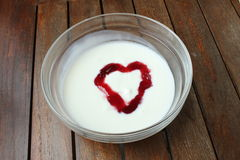 Yaourt aux fruits en forme de coeur Photo stock