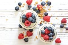 Yaourt avec bluberry et framboise dans les pots en verre Images libres de droits