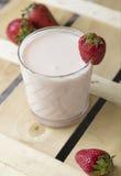 Yaourt avec des fraises Image stock