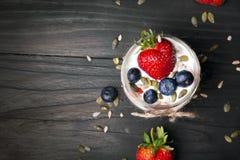 Yaourt avec des fraises et des myrtilles Photos libres de droits