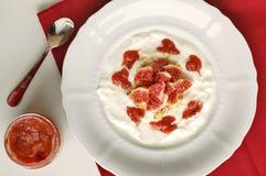 Yaourt avec la confiture et la figue de fraise Images libres de droits