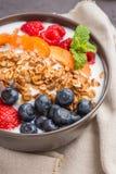 Yaourt avec la granola et les baies cuites au four photo stock