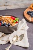 Yaourt avec la granola et les baies cuites au four image libre de droits